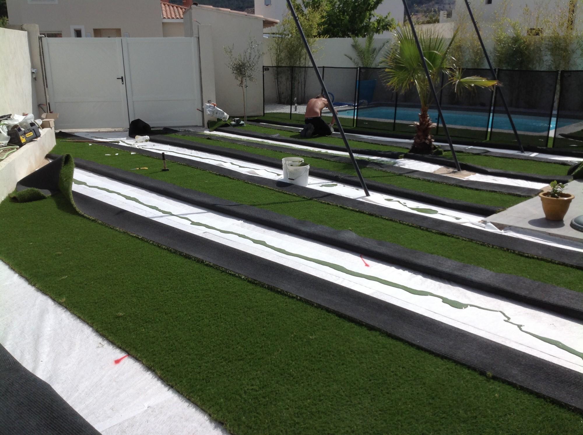 Mise en place des bandes de pontages pou gazon synthétique à Montpellier